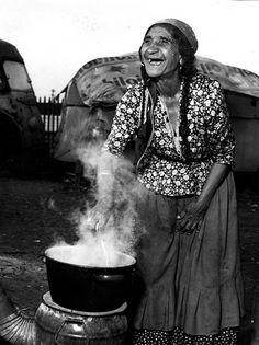 "Photo de Marcelle Vallet (1907- 2000).""Mamie Zanko"".Epouse du chef Zanko,tsigane chaudronnier. Lyon."