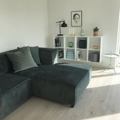 13 個讚,2 則留言 - Instagram 上的 Christina Husk(@christina_husk):「 N E W S O F A 👏🏻 The new sofa has finally arrived. Now we just need to find a color for the wall… 」
