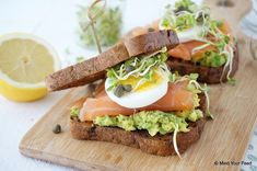 Sandwich met zalm en avocado - Mind Your Feed - Subway Sandwich, Sandwich Bar, Tea Sandwiches, Roast Beef Sandwich, Salmon Sandwich, Brunch, Tzatziki, Tapas, Ideas Sándwich