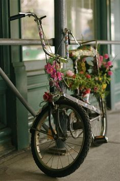 bicycle covered with flowers 20th st manhattan nyc