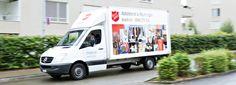 """Mit Transportern wie diesen holt die Heilsarmee in der Schweiz Möbel und größere Gebrauchtwaren bei Menschen zuhause ab. Diese werden dann in den Heilsarmee-Secondhand-Läden (den so genannten Brockenstuben oder """"Brockis"""") verkauft. Der Erlös kommt direkt der sozialen Arbeit der Heilsarmee zugute."""