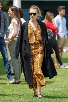 Marta Ortega se adelanta al otoño con el estampado de moda que veremos en Zara Marta Ortega, Zara, Oversized Blazer, Friends Fashion, Minimal Chic, Strike A Pose, Duster Coat, Kimono Top, Vogue