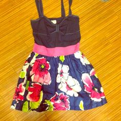 Summer flower dress Floral mini dress. Perfect for summer causal days and you can dress it up for formal events. Dress includes pockets . Size medium Hollister Dresses Mini