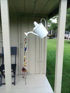 Puedes crear unos hermosos colgantes para tu jardín utilizando elementos comunes como regaderas, jarras, teteras o tazas que ya no uses. ...