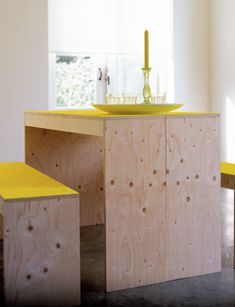 Instructions to make simple furniture. Needs translation.