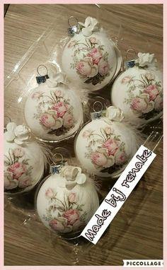 Shabby Chic Christmas Ornaments, Pink Christmas Tree, Christmas Scenes, Xmas Ornaments, Christmas Bulbs, Christmas Crafts, Decoupage Art, Beaded Ornaments, Xmas Decorations