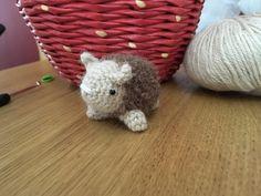 Owieczka, trochę ironicznie, nie jest wykonana z wełny owczej, lecz z alpaki :) Muszę powiedzieć, że bardzo dobrze pracowało mi się z włóczką Drops Puna, za to Boucle Alpaca dała cudowny efekt mięk…