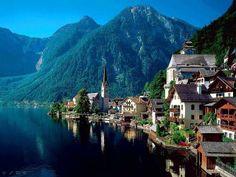 pueblo con lago y montañas