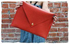 Oversized clutch tutorial -- looks super easy Diy Clutch, Diy Purse, Clutch Bags, Diy Leather Envelope Clutch, Leather Clutch, Tote Bag, Envelope Diy, Fabric Envelope, Large Envelope