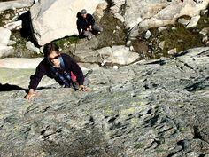 Des enfants escaladent la paroi rocheuse à Arrémoulit dans les Pyrénées Béarnaises.    Le site officiel des Pyrénées Béarnaises:  pyrenees-bearnaises.com