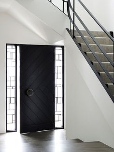 Black Front Door - Design photos, ideas and inspiration. Amazing gallery of interior design and decorating ideas of Black Front Door in home exteriors, entrances/foyers, porches by elite interior designers. Unique Front Doors, Black Front Doors, Modern Front Door, Front Door Design, Front Entry, Modern Entry, Post Modern, Modern Entrance, Front Door Handles