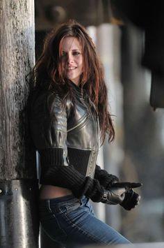 kristen stewart, es una actriz estadounidense considerada como una de las más taquilleras. Conocida por interpretar el papel de Bella Swan en la Saga Crepúsculo.