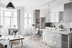 Las distribuciones diáfanasmejoran la iluminación de las viviendas más pequeñas, como la cocina abierta de este piso que le hace ganar en amplitud y claridad.