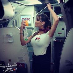"""""""Se você não construir os seus sonhos será pago para construir os dos outros."""" Comissária Dayane Muniz ❤️✈️ #crewlife #future #flightattendant #aeromoças #stewardess #aeromoça #voar #comissáriadebordo #comissárias #latam #fly #revistatripulante #aero #tripulantes #tam #flyaway #aviacaocms #tamlinhasaereas #paixaoporvoareservir #comissariasdevoo"""