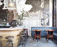 Interior perfection Идеально ободранные стены! Представляете, им не пришлось ничего делать, помещение уже досталось им таким! обожаю этот райончик Манхэттена, здесь столько крутых мест!!! #pullya_travels #pullya_NYC
