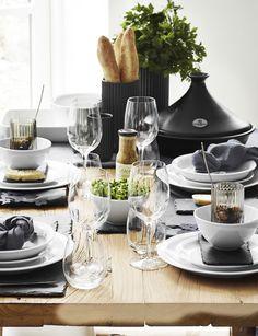 Hvis du skal byde dine gæster på lækker simremad, må det gerne serveres lidt rustikt. Skift dugen ud med skifterplader og sæt maden i fokus ved at arrangere friske krydderurter i skåle og vaser. Brød er et must til simremad og ser ekstra flot ud arrangeret i Lyngbyvasen. Gæstebord i fransk landstil. #inspirationdk #borddækning