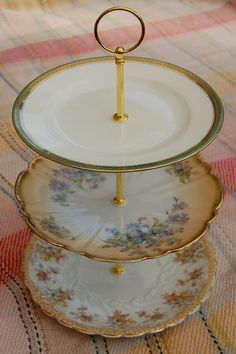 3 Tier mismatched vintage china par Sarahsvintagechina sur Etsy, £16.99