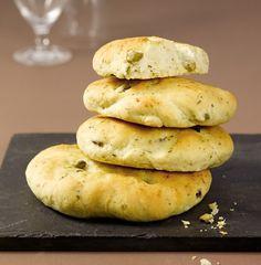Oliven-Kräuter-Focaccia   Zutaten      250 g Mehl     3 Tl getrocknete italienische Kräuter     Salz     5 würfel hefe (ca. 20 g)     5 tl zucker     3 El Olivenöl     1 Glas grüne Oliven ohne Stein (140 g EW)     3 El weiche Knoblauchbutter