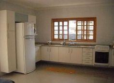 cozinha com escada para parte de cima da casa e janela acima da pia - Pesquisa Google