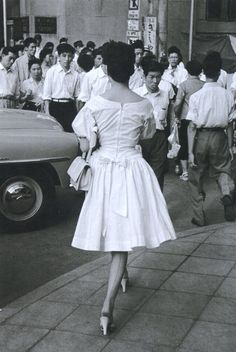 1955年(昭和30年)。東京。当時流行の落下傘スタイルのスカート Japanese History, Japanese Film, Japanese Culture, Vintage Japanese, Retro Fashion, Vintage Fashion, Showa Era, Retro Pictures, 20th Century Fashion