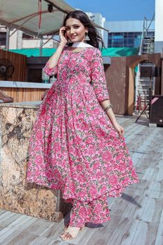 Blended Cotton Printed Kurta Set in Pink Pakistani Fashion Casual, Indian Fashion Dresses, Dress Indian Style, Indian Designer Outfits, Simple Pakistani Dresses, Pakistani Dress Design, Pakistani Long Kurtis, Stylish Dresses For Girls, Stylish Dress Designs