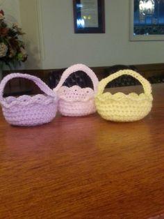 Mini Easter Basket. Free pattern. Free crochet pattern. So cute! http://1crochetaddict.blogspot.com/