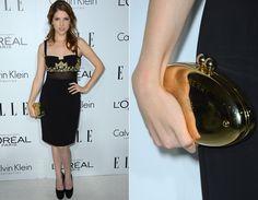 Anna Kendrick optou por um vestido superelegante que mistura preto e dourado. A clutch da grife Mulberry também é luxo total!