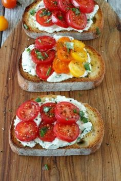 Tomato and Herbed Ricotta Bruschetta - Simple Healthy Kitchen Fresh Tomato and Herbed Ricotta Bruschetta .goat cheese would be just as good.Fresh Tomato and Herbed Ricotta Bruschetta .goat cheese would be just as good. I Love Food, Good Food, Yummy Food, Vegetarian Recipes, Cooking Recipes, Healthy Recipes, Comidas Light, Appetizer Recipes, Appetizers
