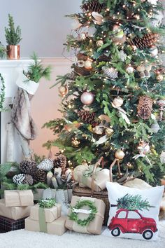 25 of the Most Inspiring Rustic Christmas Trees Sapin de Noël rustique neutre Rustic Christmas Trees, Christmas Tree Inspiration, Wooden Christmas Trees, Woodland Christmas, Farmhouse Christmas Decor, Christmas Tree Themes, Noel Christmas, Green Christmas, Natural Christmas Tree