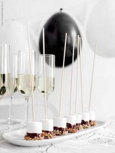 Bekijk de foto van ptd met als titel Slinger van zwarte & witte ballonnen, marshmallows gedoopt in chocolade en fijngehakte noten. en andere inspirerende plaatjes op Welke.nl.
