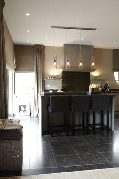 Luxe keuken met keukeneiland met design verlichting
