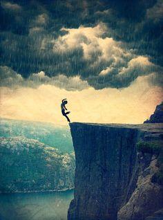 Se os han enseñado ideales muy egoístas: «Sed valerosos». ¡Qué tontería! ¡Qué necedad! ¿Cómo puede una persona inteligente evitar los temores? Todo el mundo tiene miedo, ha de tenerlo. La vida es t...