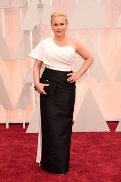 2015 Oscars Red Carpet - Patricia Arquette. We can look at this outfit in two ways: considering their previous looks, or watching as if it were the first time we see her. This dress fits very well, makes her look elegant. But it seems way too simple, both the use of color and shape of the suit or clear makeup. She was nice but it was not the best, nor was close.
