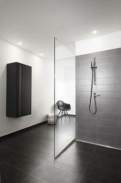 I like shower wall tile design , not necessarily in greys. Maybe sand, browns. Bathroom Spa, Bathroom Toilets, Modern Bathroom, Japanese Bathroom, Shower Enclosure, Shower Tub, Bathroom Interior Design, Interior Design Living Room, Open Showers