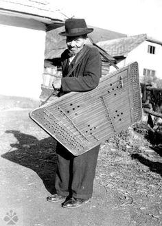 Slovensky cimbalista Vintage Photographs, Vintage Photos, Hammered Dulcimer, My Heritage, Nassau, Cebu, Europe, Folklore, Picture Show