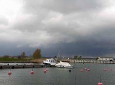 Boote im Hafen von Gager (c) Aquarell von Frank Koebsch   Regen zieht über den Bodden vor Gager auf (c) Frank Koebsch