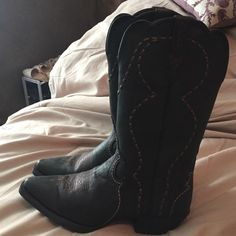 Justin Black Cowgirl boots. Like New Justin Black Cowgirl boots. Like New. Size 8. Beautiful brown & tan stitching. Beautiful boots! Shoes Heeled Boots