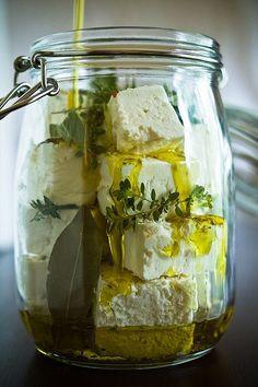 FETA MARINÉE AUX HERBES ■ Entrée pour 4 personnes ■ Commencer par enlever l'excédent de jus du fromage de 400g de feta coupée en cube. Mettre dans 2 bocaux et ajouter les aromates • 2 branches de romarin et quelques brins de thym • Couvrir avec 50cl d'huile d'olive. Laisser mariner au frais au minimum 15 jours avant de déguster