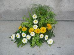 Blog da Ni: Arranjos florais com sércias Arte Floral, Flower Designs, Flower Arrangements, Flowers, Plants, Blog, Church Flower Arrangements, Floral Arrangements, Yellow