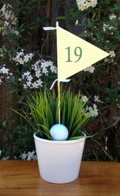 These golf themed party ideas are perfect for Father's Day. See some cute ways to decorate the table and ideas for foods that are named after golf sayings. Golf Design, Design Club, Theme Sport, Golf Theme, Thema Golf, Golf Centerpieces, Golf Decorations, Retirement Party Centerpieces, Birthday Decorations