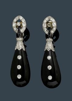 ONYX AND DIAMOND EAR PENDANTS, France, ca. 1925. Platinum. Very attractive Art Deco ear pendants with clips and studs, each of 1 drop-cut onyx with 3 old European cut diamonds and a diamond-set attache, flexibly mounted on 1 elliptical clip part with old European cut diamonds weighing ca. 1.50 ct. Clip mechanism in white gold. - by Koller Auctions