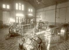Wnętrze elektrowni w Podgórzu. Początek XX w. Elektrownia została uruchomiona w 1900 r., wcześniej niż w Krakowie czy w Warszawie. Obecnie mieści się tu Cricoteka.