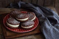 Kakaós piskótakorongok + vaníliás vajkrém = imádnivaló! Whoopie Pies, Cake Recipes, Biscuits, Cupcake, Cheesecake, Food And Drink, Sweets, Cookies, Bakken