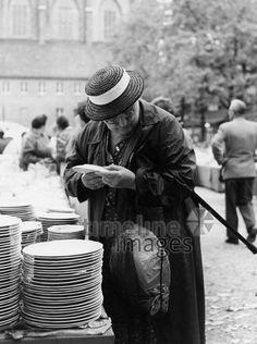 Alte Frau auf der Auer Dult in München, 50er Jahre Stöhr/Timeline Images #black #white #schwarz #weiß #Fotografie #photography #historisch #historical #traditional #traditionell #retro #vintage #nostalgic #Nostalgie #München #Munich #50er #1950er #Stimmung #Atmosphäre #Dult #Au #Auer #Frau #alt #Teller #kaufen #Jahrmarkt Timeline Images, Alter, Couple Photos, Couples, Kult, Retro Vintage, Historical Pictures, Old Women, The Fifties