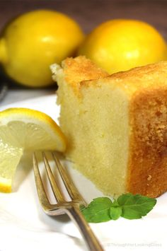 1920 Famous Ritz Carlton Lemon Pound Cake Recipe is the one for you! This dense, old-fashioned buttery lemon pound cake was a favorite dessert at the Ritz Carlton in the and it's still popular today. Lemon Velvet Cake, Lemon Tea Cake, Moist Lemon Pound Cake, Lemon Cakes, Tea Cakes, Mini Cakes, Citron Cake, Starbucks, Pound Cake Recipes