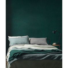green wall paint, green paint, dark green wall, green interior trend, moody green interior - Pctr UP Green Painted Walls, Dark Green Walls, Dark Walls, Grey Walls, Green And Gray, Green Box, Accent Walls, Jade Green, Bedroom Green