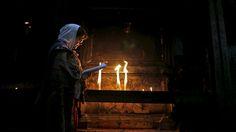 - Mulher participa de cerimônia na Igreja do Santo Sepulcro, na Cidade Velha de Jerusalém. Foto: Ammar Awad / Reuters