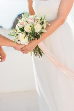 Destination wedding in Santorini| Tie the knot in Santorini- Bouquet with peach and white garden roses