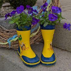 Alte gumistiefel meiner kinder...als sie es noch liebten in pfützen rumzuhüpfen...jetzt umgenützt als deko in meinem garten. #gumistiefel #rainyday #diy #inspiration #recycling #ideenmussmanhaben #inmygarden #decoration #kreativ #flowers #blossom #hornveilchen #stiefmütterchen #blühend #ig_flower #instagram #ig_blossom #ig_garden by lelainred1