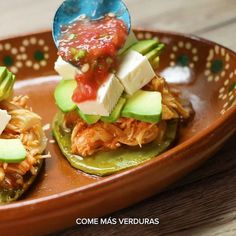 Quesito, aguacatito, salsita… Todos los sabores mexicanos caben en este delicioso sope de nopal. #sponsored Bien Tasty, Salsa, Tacos, Cooking, Ethnic Recipes, Food, Ideas, Avocado, Vegetables